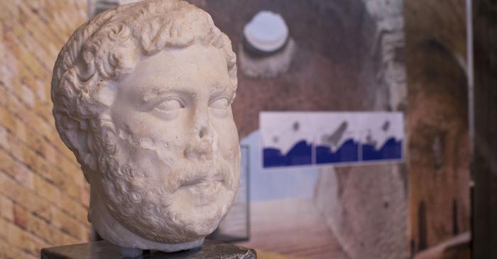 <p>Portrait officiel de l&rsquo;empereur Hadrien</p>