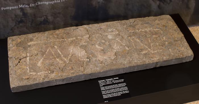 <p>Pavement avec l&rsquo;inscription AVE SALVE</p>