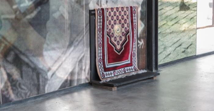 <p><em>Alfombra de oraci&oacute;n,</em> Colecci&oacute;n Museo de historia de la inmigraci&oacute;n de Catalu&ntilde;a.</p>