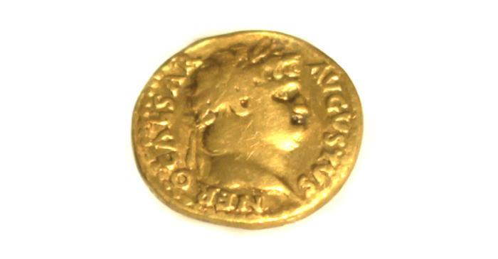 <p><em>Esta moneda, que inicialmente equival&iacute;a a 25 denarios de plata, 100 sestercios de plata y 400 ases de bronce, se fue devaluando con el tiempo.&nbsp; </em></p>