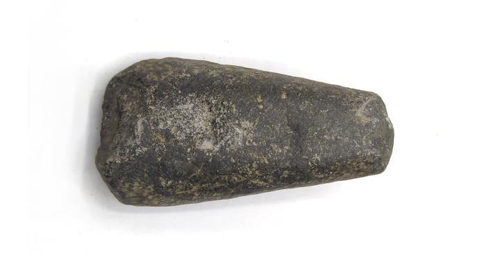 <p>Hacha prehist&oacute;rica de piedra.</p>