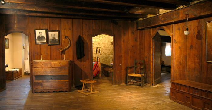 <p>El mobiliari i les peces que es mostraven a la sala indicaven l&rsquo;estatus social de la fam&iacute;lia.</p>