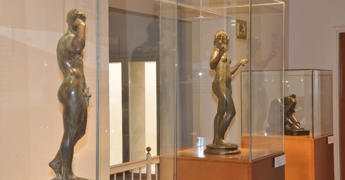 <p>Part de l'obra escultòrica d'Antoni Alsina Amils.</p>
