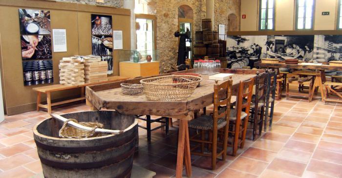 <p>Tina para el caldo y pastera para la salaz&oacute;n de pescado, con tinas y tarros de cristal para vender las anchoas.</p>