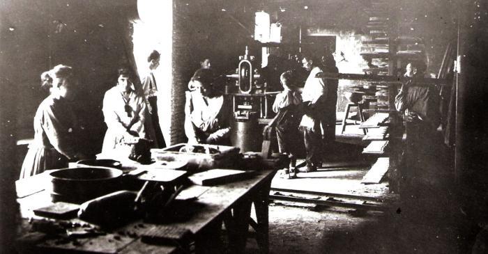 <p>F&agrave;brica La Gabarra l&rsquo;any 1916. Al costat de la porta d&rsquo;acc&eacute;s a la nau es veu una premsa de palanca. Foto: Autor desconegut. Fons d&rsquo;imatges Terracotta Museu.</p>