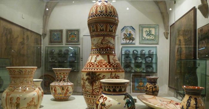 <p>Le mus&eacute;e expose une s&eacute;lection minutieuse de c&eacute;ramiques d&eacute;coratives, d'assiettes, de vases, de carreaux et d'objets de toutes sortes qu'Aragay a &eacute;lev&eacute;s au rang artistique de qualit&eacute; maximale.</p>