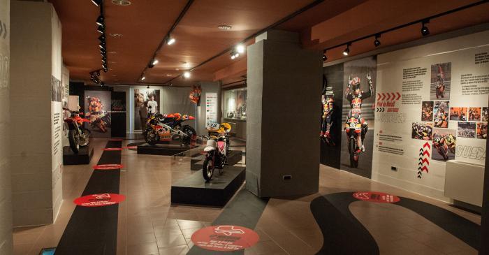 <p>Vue de l&rsquo;espace d&rsquo;exposition 93 Marc M&aacute;rquez, avec le parcours de visite jalonn&eacute; de motos et troph&eacute;es du pilote.&nbsp;MCC. Photo: Jordi Prat.</p>