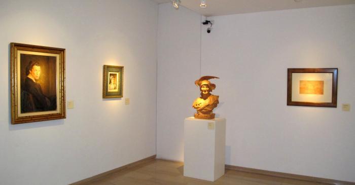 <p>Vue g&eacute;n&eacute;rale d'un coin de la salle avec une sculpture d&rsquo;Agapit Vallmitjana</p>