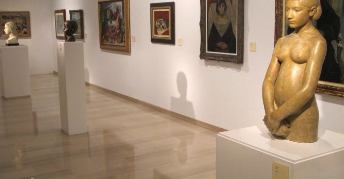<p>Vue g&eacute;n&eacute;rale de la salle avec les sculptures de Joan Rebull</p>