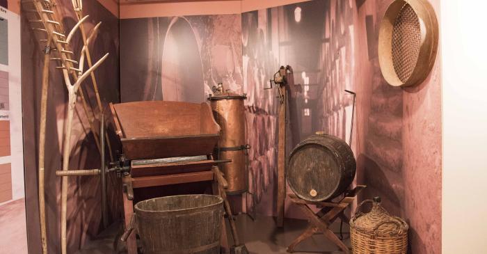 <p>Conjunt d&rsquo;utensilis i maquin&agrave;ria utilitzats per a la producci&oacute; del vi, conreu principal de la zona</p>