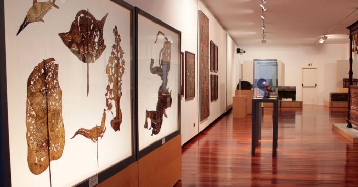 <p>L&rsquo;une des salles montre l&rsquo;art du monde : th&eacute;&acirc;tre d&rsquo;ombres, t&ecirc;tes eko&iuml;, etc.</p>