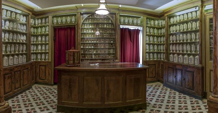 <p>Antiga Farm&agrave;cia Balvey, amb mobiliari original del 1780 i pots del 1827</p>