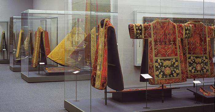 <p>Sala de teixit i indument&agrave;ria del Museu Episcopal de Vic</p>