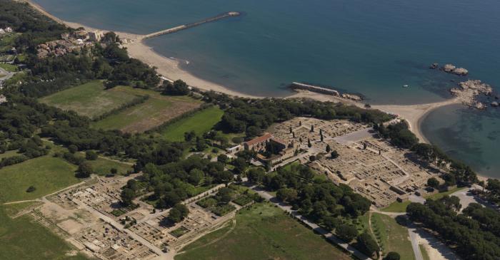 <p>Imatge a&egrave;ria de la ciutat grega d&rsquo;Emp&uacute;ries i la Palaiapolis, actual Sant Mart&iacute; d&rsquo;Emp&uacute;ries</p>