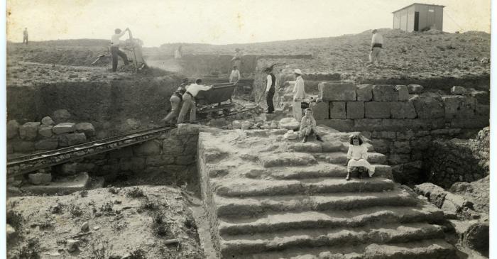 <p>Primeres excavacions a Emp&uacute;ries, al sector dels temples de la ciutat grega a principis del segle XX</p>