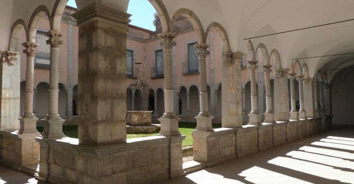 <p>Claustre neocl&agrave;ssic del monestir, amb el pou al centre</p>