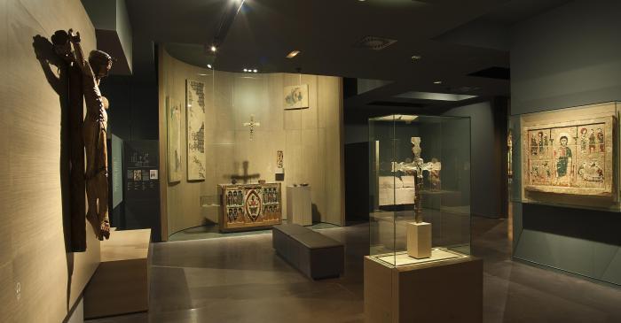 <p>Une des salles consacr&eacute;es aux collections d&rsquo;art roman du mus&eacute;e de Lleida</p>