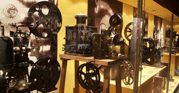 <p>Àmbit «Les eines del cinema», dedicat als aparells dels orígens del cinema</p>