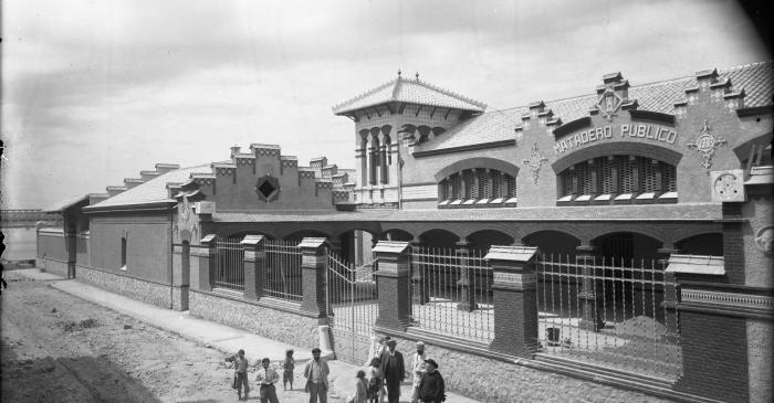 <p>L'abattoir, peu apr&egrave;s la fin de sa construction, en 1908.</p>