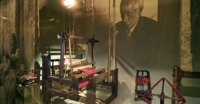 <p>Las vitrinas muestran, con un cambio de luz, una foto de &eacute;poca en el exterior y, en el interior, las herramientas.</p>
