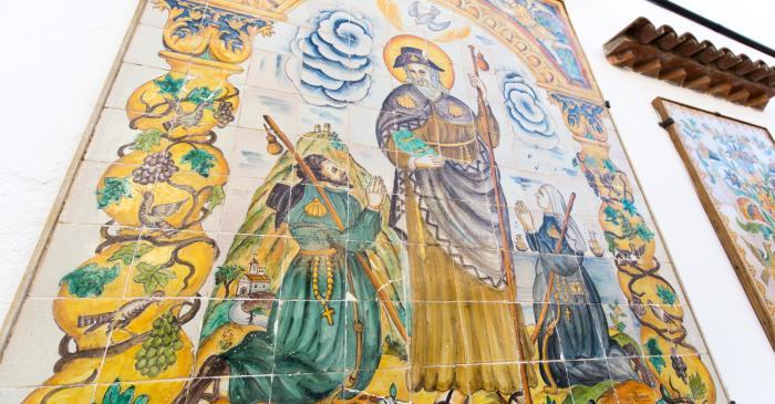 <p>Al pati del museu es pot admirar un gran plaf&oacute; cer&agrave;mic amb la imatge de Sant Jaume</p>