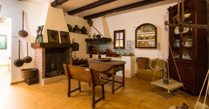 <p>Reconstrucci&oacute; d&rsquo;una cuina de finals segle XIX i principis del XX, amb estris variats d&rsquo;&uacute;s dom&egrave;stic</p>