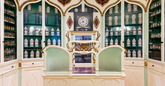 <p>A l&rsquo;espai Barri s&rsquo;exhibeixen una gran quantitat d&rsquo;estris farmac&egrave;utics dels segles XVIII al XX</p>