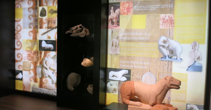<p>Plafons, vitrines i estàtua que reflecteixen la vida dels aristòcrates ibèrics</p>