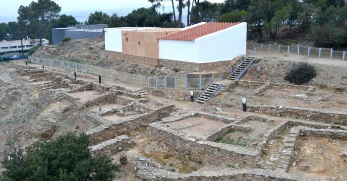 <p>Vista aèria del jaciment i dels edificis reconstruïts</p>
