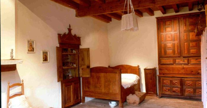 <p>Il semble que cette chambre soit la principale de la maison en raison de la qualit&eacute; et la quantit&eacute; du mobilier</p>