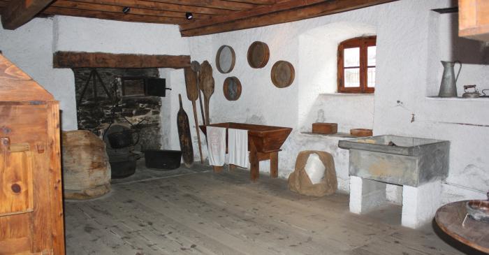 <p>Tamis, pelles &agrave; pain et p&eacute;trins sont quelques-uns des instruments indispensables pour travailler dans cette pi&egrave;ce</p>
