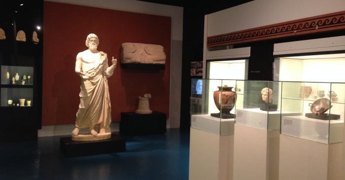 <p>Arriv&eacute;e des grecs. Emporion na&icirc;t au d&eacute;but du VIe av. J.-C. comme une petite enclave de marchants.</p>