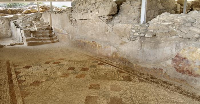 """<p><strong><span style=""""font-weight: 400;"""">Vista del mosaic amb motius geom&egrave;trics conservat al criptop&ograve;rtic de la zona residencial de la vil&middot;la dels Munts</span></strong>.</p>"""