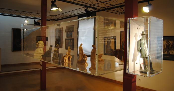 <p>Detalle de la vitrina con obras de los escultores Fidel Aguilar y Ricard Guin&oacute;</p>