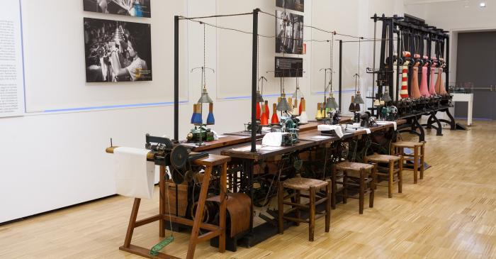 <p>Vista de l'espai dedicat als treballs a la fàbrica c. Primer quart s.XX</p> <p>© Eusebi Escarpenter- Museu de Mataró</p>