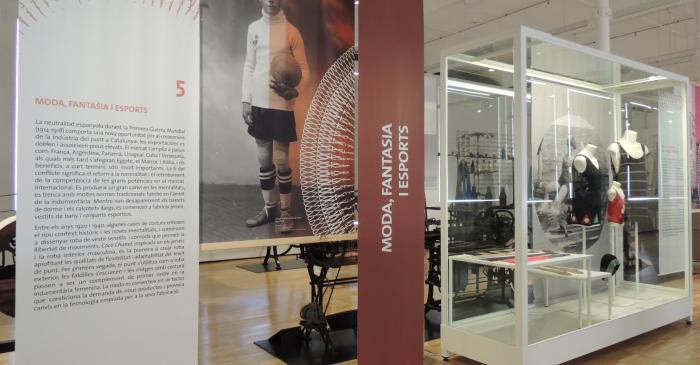 <p>Vista de l'espai dedicat a la producció de roba de bany i calceteria c. 1920</p> <p>© Museu de Mataró</p>