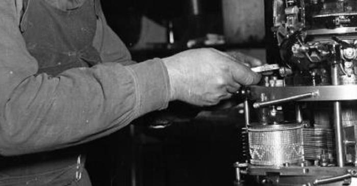 <p>Ouvrier qui ajuste un m&eacute;tier &agrave; tricoter circulaire pour le tricot</p> <p>Photographie&nbsp;: &copy; Fundation Jaume Vilaseca</p> <p>&nbsp;</p>