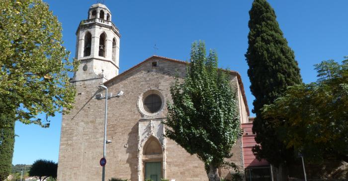 <p>Vista de la fa&ccedil;ana de l&rsquo;esgl&eacute;sia de Sant Esteve</p>