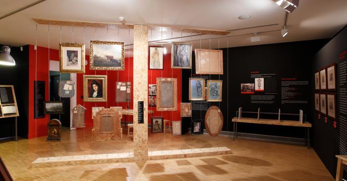 <p>Exposició temporal a la planta primera.</p> <p><em>Art i guerra</em> (2009-2011)</p> <p>Foto: Eusebi Escarpenter. Museu de Mataró</p>