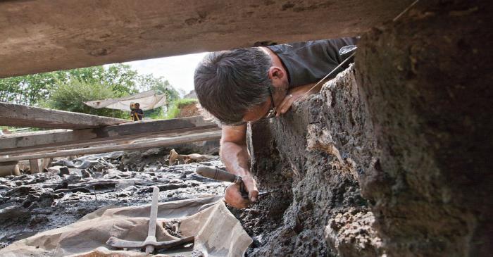 <p>Un arch&eacute;ologue en train de participer &agrave; des fouilles sur le site de la Draga (Arqueoxarxa, Josep Casanova)</p>