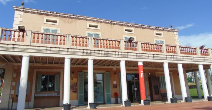 <p>Sede y espacio de exposiciones temporales, <em>Mas&iacute;a Can Serra</em>, MhiC.</p>