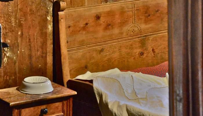 <p>La cama, al igual que otras piezas del mobiliario, incorpora elementos de car&aacute;cter religioso y de protecci&oacute;n.</p>
