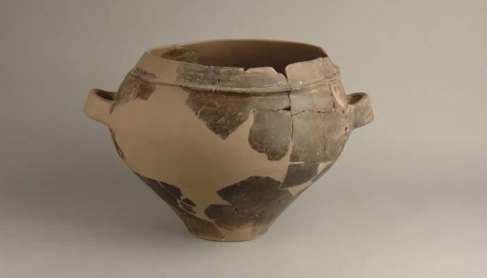 <p>Urna troncocònica, ceràmica a mà, d' entre el 500-300 aC, edifici singular A, Molí de l'Espígol.</p>