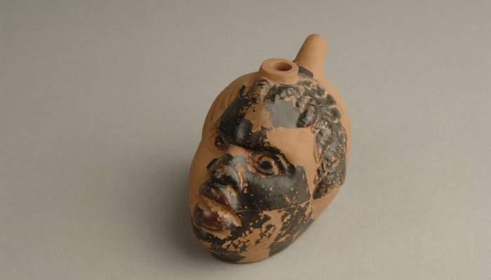 <p>Asc de vern&iacute;s negre en forma de cap de nubi produ&iuml;t segurament a Sic&iacute;lia entre el 250-200 aC.</p>