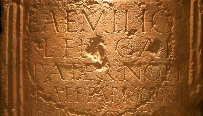 <p>Làpida romana d'Aeso.</p>