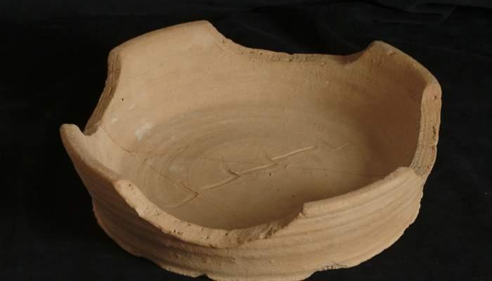 <p>Recipient amb una inscripci&oacute;, procedent del jaciment arqueol&ograve;gic del Pla d'Almat&agrave;, segona meitat del segle XI.</p>