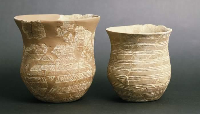 <p>Dos vasos cer&agrave;mics, procedents de la balma de Solanells (Olius, Solson&egrave;s), del calcol&iacute;tic.</p>