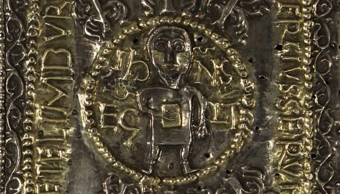 <p><em>Ara port&agrave;til de Sant Pere de Rodes</em>, segle X.&nbsp;Fusta i pissarra coberta d&#39;argent repussat,&nbsp;22 x 14 x 2,5 cm.&nbsp;Museu d&rsquo;Art de Girona &ndash; Fons Bisbat de Girona.</p>