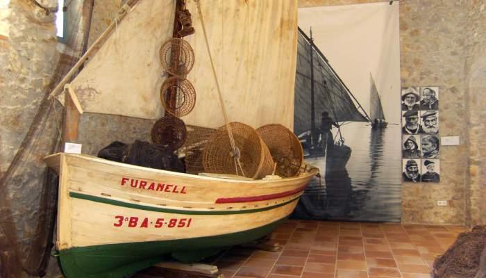 <p>Barca de fusta aparellada com un llagut de sardinals amb xarxes, nanses, jumbines i traires al cim.</p>