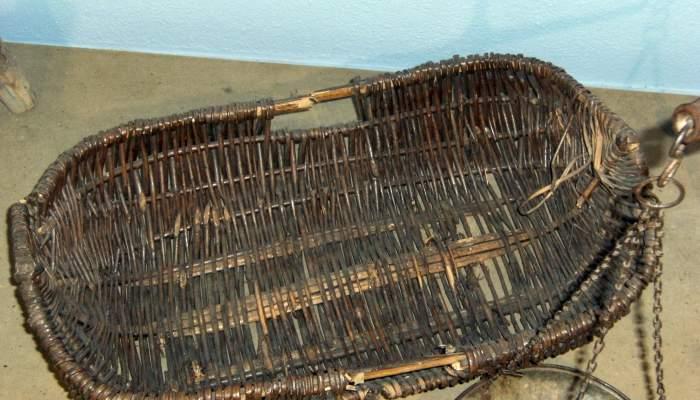 <p>Cesta para llevar a vender el pescado hecha con ramas de olivo y malla de mimbre, de principios del s. XX.</p>